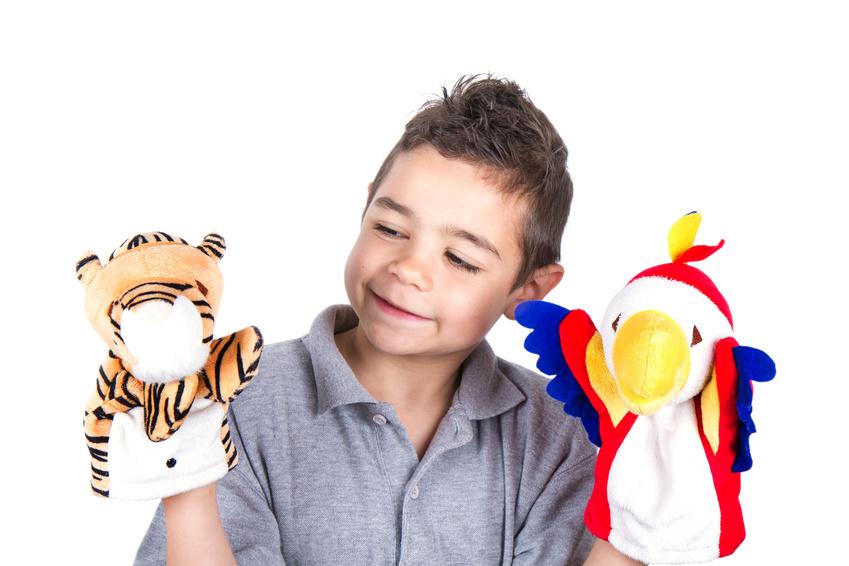 Bambino con marionette da mano